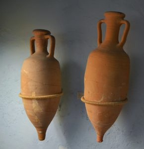 Amphores romaines de type Dressel 2/4, entre le Ier et le IIème siècles. Conservées au musée Soler Basco de Xàbia en Espagne. (Source : commons.wikimedia.org)