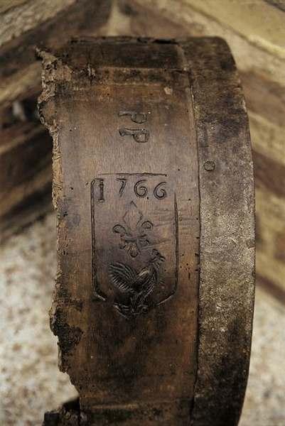 On peut voir sur le tonneau l'emblème du coq, symbole du vin de Gaillac à l'époque Moderne.